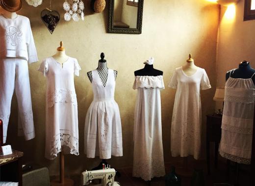 Collection de vêtements draps anciens brodés