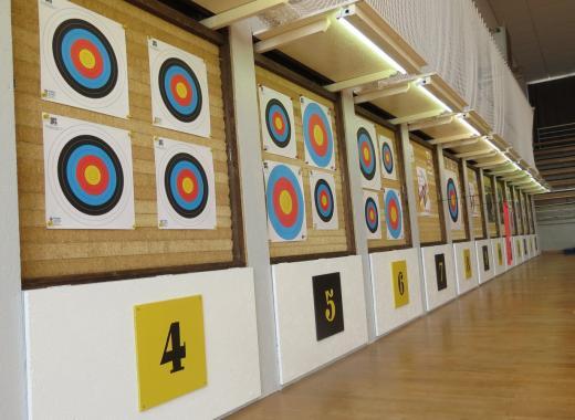 Equiper la salle de sport avec un mur fixe pour le tir à l'arc