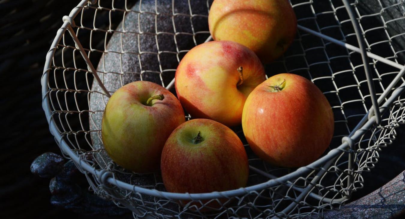 Les Trois Pommes Epagnoles