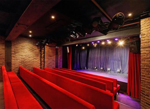 Transformation d'un local en théâtre pour la magie